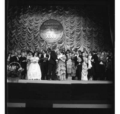 [Klaipėdos liaudies operos teatro 25-mečio koncertui pasibaigus] / Bernardas Aleknavičius. - 1981.XII.12