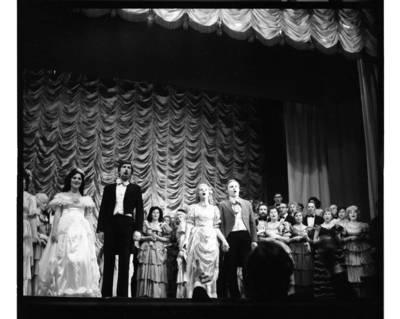 [Klaipėdos liaudies operos solistų pasirodymas jubiliejiniame teatro koncerte] / Bernardas Aleknavičius. - 1981.XII.12