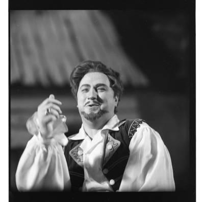 """[Scena iš komiškos operos """"Čigonų baronas"""". Baronas Barinkajus – operos solistas Virgilijus Noreika] / Bernardas Aleknavičius. - 1972"""