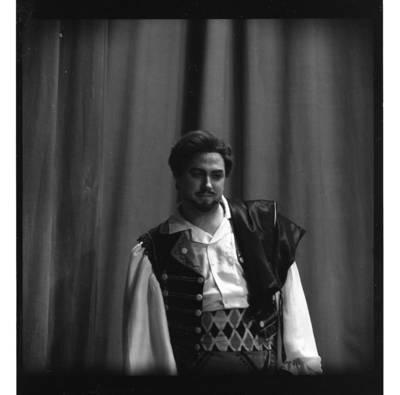 """[Operos solistas Virgilijus Noreika operoje """"Čigonų baronas"""" 1972 m., Klaipėdoje] / Bernardas Aleknavičius. - 1972"""