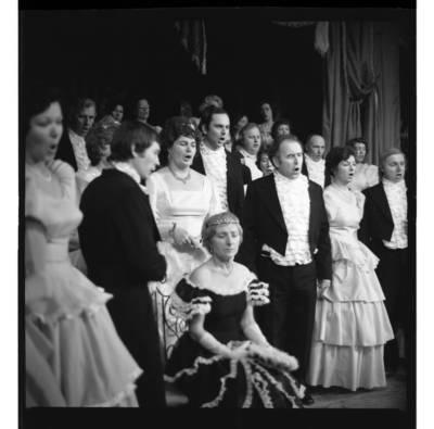 """[Scena iš Klaipėdos liaudies operos statytos Džiuzepės Verdi operos """"Traviata"""", 1978 m.] / Bernardas Aleknavičius. - 1978.XII.31"""