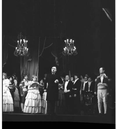 """[Scena iš Klaipėdos liaudies operos teatro spektaklio – Džiuzepės Verdi operos """"Traviata"""" III veiksmo] / Bernardas Aleknavičius. - 1979"""
