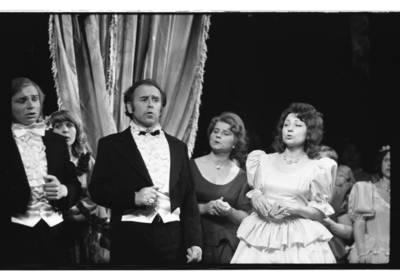 """[Scena iš Klaipėdos liaudies operos spektaklio Džiusepės Verdi operos """"Traviata"""", 1979 m.] / Bernardas Aleknavičius. - 1979.IV.24"""