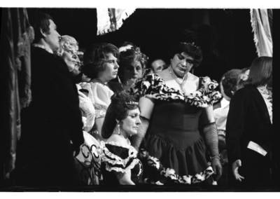 """[Scena iš Klaipėdos liaudies operos spektaklio Džiusepės Verdi operos """"Traviata"""", Klaipėda, 1979 m.] / Bernardas Aleknavičius. - 1979.IV.24"""