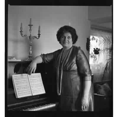 [Klaipėdos liaudies operos solistė Klementina Krisiūnienė-Gružinskienė] / Bernardas Aleknavičius. - 1979.V.