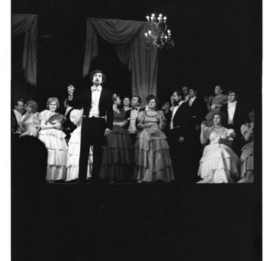 "[Akimirka iš Giuzepės Verdi operos ""Traviata"". Klaipėda, 1980 m.] / Bernardas Aleknavičius. - 1980"