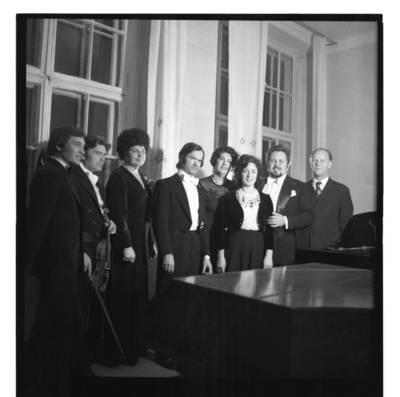 [Estų tenoras Hendrik Krumm su Klaipėdos atlikėjais po koncerto 1980 m.] / Bernardas Aleknavičius. - 1980