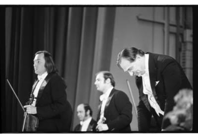 [Atlikėjai nusilenkia po Lietuvos kamerinio orkestro pasirodymo ketvirtajame Klaipėdos muzikos pavasaryje] / Bernardas Aleknavičius. - 1979.IV.