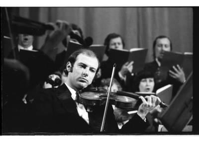 [Lietuvos kamerinio orkestro smuikininkas ketvirtajame Klaipėdos muzikos pavasaryje] / Bernardas Aleknavičius. - 1979.IV.