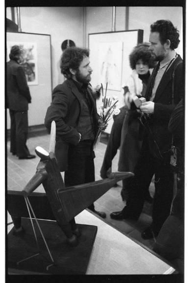 [Menotyrininkas Petras Šmitas ima interviu iš skulptoriaus Klaudijaus Pūdymo personalinės parodos metu Klaipėdoje] / Bernardas Aleknavičius. - 1984