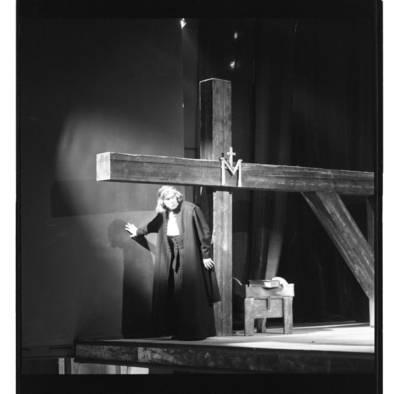 """[Scena iš operos """"Mažvydas"""" Klaipėdoje. Mažvydo vaidmens atlikėjas solistas Vladimiras Prudnikovas] / Bernardas Aleknavičius. - 199-"""