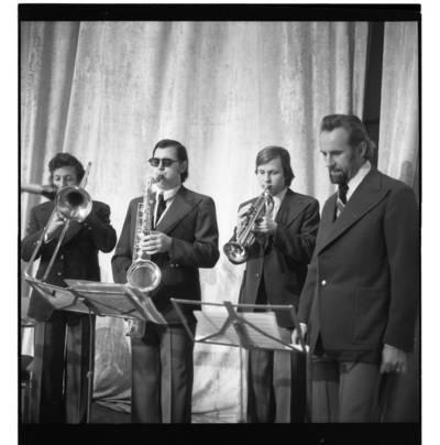 """[Ansamblio """"Kopų balsai"""" vadovas Arvydas Paltinas su muzikantais] / Bernardas Aleknavičius. - 196-"""