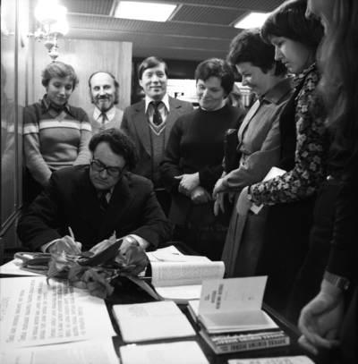 [Prozininkas, vertėjas Petras Skodžius tarp gerbėjų. Klaipėda] / Bernardas Aleknavičius. - 1981
