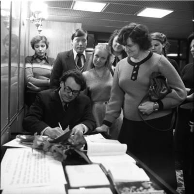[Prozininkas Petras Skodžius, dalijantis autografus savo gerbėjams. Klaipėda] / Bernardas Aleknavičius. - 1981