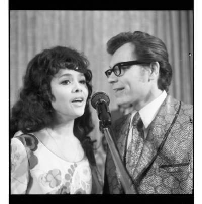 [Dainuoja vokalinis duetas Nelė Paltinienė ir Eugenijus Ivanauskas] / Bernardas Aleknavičius. - 197-
