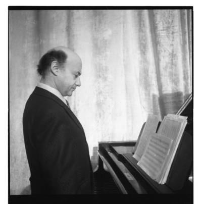 """[Kompozitorius Benjaminas Gorbulskis ansamblio """"Kopų balsai"""" repeticijoje Klaipėdoje] / Bernardas Aleknavičius. - 197-"""