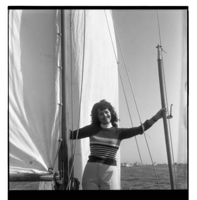 [Dainininkė Nelė Paltinienė jachtoje] / Bernardas Aleknavičius. - 1975.VIII.