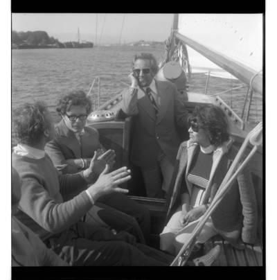 [Maestro Arvydas Paltinas su dainininkais Nele Paltiniene ir Eugenijumi Ivanausku išvykoje po Kuršių marias] / Bernardas Aleknavičius. - 1975.VIII.