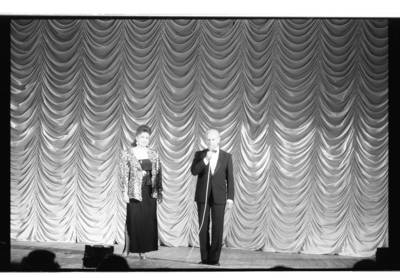 [Klaipėdos filharmonijos scenoje dainininkė Nijolė Tallat-Kelpšaitė ir maestro Arvydas Paltinas] / Bernardas Aleknavičius. - 197-