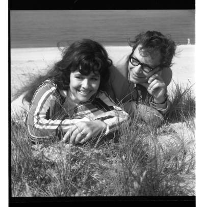 [Vokalinis duetas Nelė Paltinienė ir Eugenijus Ivanauskas kopose prie jūros] / Bernardas Aleknavičius. - 197-