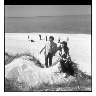 """[Ansamblio """"Kopų balsai"""" fotosesija prie jūros] / Bernardas Aleknavičius. - 197-"""