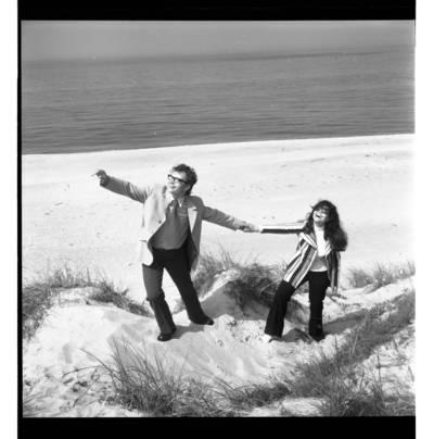 [Daininkai Nelė Paltinienė ir Eugenijus Ivanauskas kopose prie jūros] / Bernardas Aleknavičius. - 197-