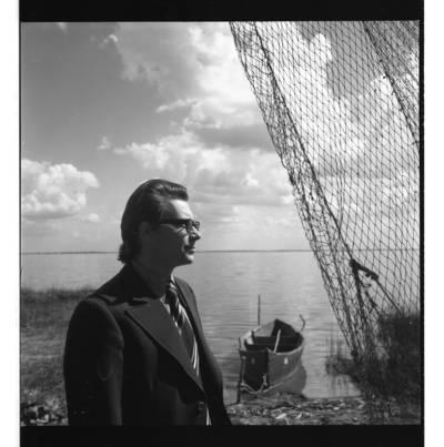 [Dainininkas Eugenijus Ivanauskas pozuoja Juodkrantėje] / Bernardas Aleknavičius. - 1977.VIII.