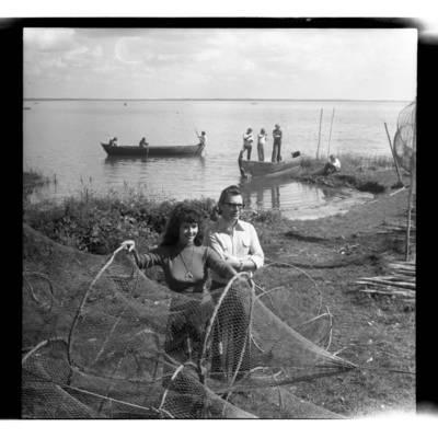 [Vokalinis duetas Nelė Paltinienė ir Eugenijus Ivanauskas Juodkrantėje] / Bernardas Aleknavičius. - 1977.VIII.