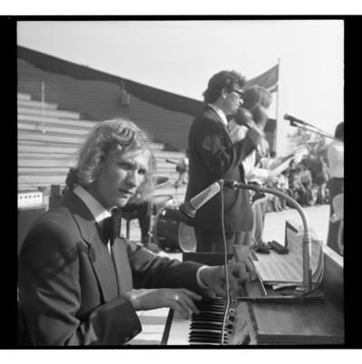 [Dainininkas Edmundas Kučinskas koncertuoja Žemaičių festivalyje Plateliuose] / Bernardas Aleknavičius. - 1978.VI.04
