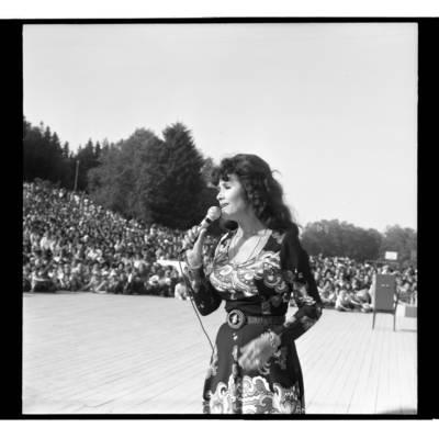 [Dainininkė Nelė Paltinienė koncertuoja Žemaičių festivalyje Plateliuose] / Bernardas Aleknavičius. - 1978.VI.04