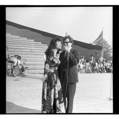 [Duetas Nelė Paltinienė ir Eugenijus Ivanauskas koncertuoja Žemaičių festivalyje Plateliuose] / Bernardas Aleknavičius. - 1978.VI.04