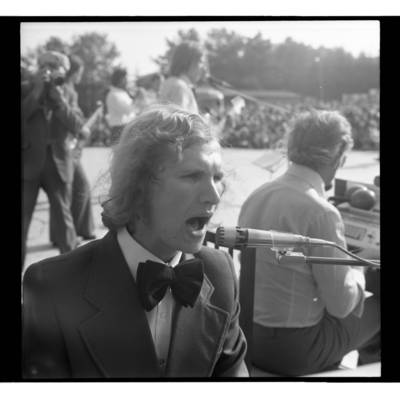 [Dainuoja Edmundas Kučinskas Žemaičių festivalyje Plateliuose] / Bernardas Aleknavičius. - 1978.VI.04