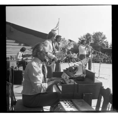 """[Groja """"Kopų balsų"""" vadovas Arvydas Paltinas Žemaičių festivalyje Plateliuose] / Bernardas Aleknavičius. - 1978.VI.04"""