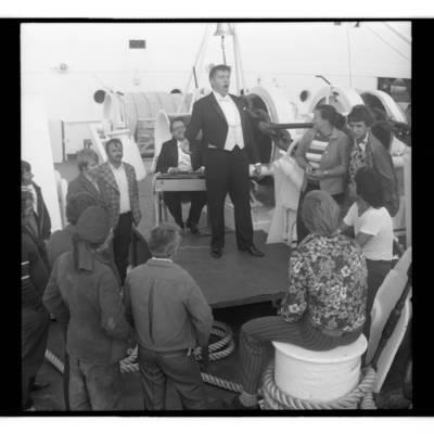 [Leningrado filharmonijos solistas Jonas Jocys svečiuose pas Klaipėdos žvejus] / Bernardas Aleknavičius. - 1977