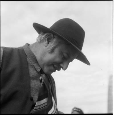 """[Aktorius Antanas Gabrėnas, atliekantis Džono Belju vaidmenį kino filmo """"Smokas ir Mažylis"""" filmavimo metu. Neringa] / Bernardas Aleknavičius. - 1975"""