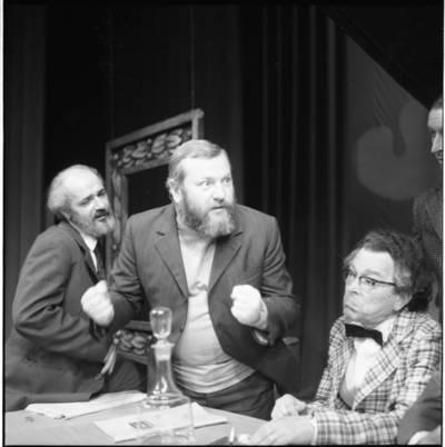 """[Spektaklio """"Antkapis su kaspinu"""" kūrimo akimirka Klaipėdos dramos teatre] / Bernardas Aleknavičius. - 1973"""