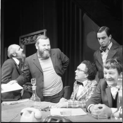 """[Spektaklio """"Antkapis su kaspinu"""" kūrimo akimirka. Klaipėdos dramos teatras] / Bernardas Aleknavičius. - 1973"""