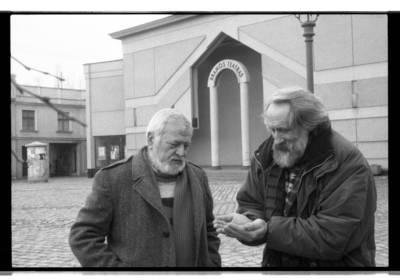 [Teatro režisierius, aktorius Povilas Gaidys ir teatro režisierius, scenografas, tapytojas Vitalijus Mazūras Klaipėdos Teatro aikštėje] / Bernardas Aleknavičius. - 198-