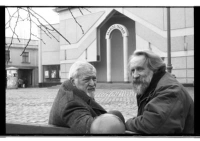 [Teatro režisieriai Povilas Gaidys ir Vitalijus Mazūras, sėdintys ant suolelio Klaipėdos Teatro aikštėje] / Bernardas Aleknavičius. - 198-