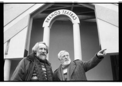 [Teatro režisieriai Vitalijus Mazūras ir Povilas Gaidys, stovintys prie Klaipėdos dramos teatro] / Bernardas Aleknavičius. - 198-
