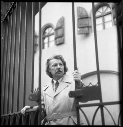 [Aktorius, režisierius, dailininkas Bronius Gražys prie pastato vartų Kepėjų gatvėje. Klaipėda] / Bernardas Aleknavičius. - 1979