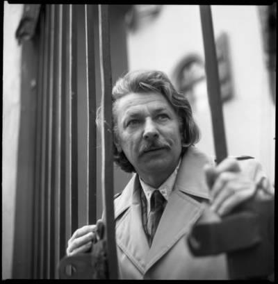 [Aktorius, režisierius, tapytojas Bronius Gražys prie pastato vartų Kepėjų gatvėje. Klaipėda] / Bernardas Aleknavičius. - 1979