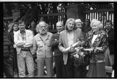 [Aktorius, režisierius, dailininkas Bronius Gražys su žmona Nijole Narijauskaite-Gražiene tarp dailininkų] / Bernardas Aleknavičius. - 1989