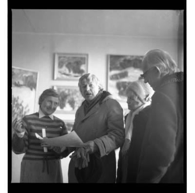 [Neatpažintas asmuo, aktorius Bronius Gražys su žmona Nijole Narijauskaite-Gražiene ir žurnalistas Pranas Martinkus] / Bernardas Aleknavičius. - 1986