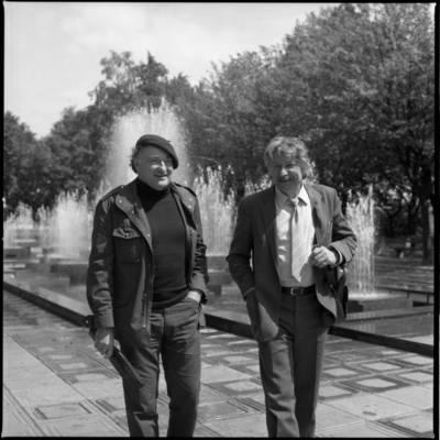 [Teatro aktoriai, režisieriai Rimgaudas Karvelis ir Bronius Gražys Danės skvere Klaipėdoje] / Bernardas Aleknavičius. - 1983