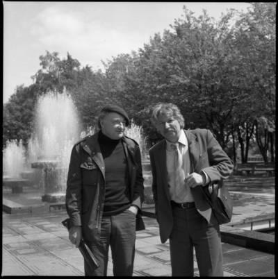 [Aktoriai Rimgaudas Karvelis ir Bronius Gražys prie Danės skvero fontano Klaipėdoje] / Bernardas Aleknavičius. - 1983