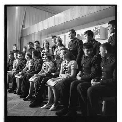 [Sovietų sąjungos armijos kareiviai su šokių ansambliu, Kraštotyros muziejaus atidarymo metinių proga] / Bernardas Aleknavičius. - 1965