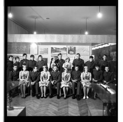 [Sovietų sąjungos armijos kareiviai su šokių ansambliu, Kraštotyros muziejaus atidarymo metinių proga, Klaipėdoje, 1965 metais] / Bernardas Aleknavičius. - 1965