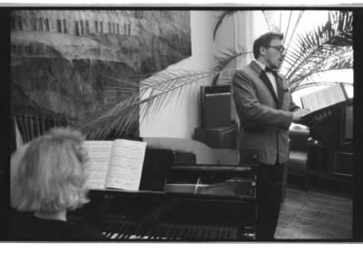 [Klaipėdos viešosios Ievos Simonaitytės bibliotekos Muzikos skyriuje svečias, dainininkas] / Bernardas Aleknavičius. - 1991
