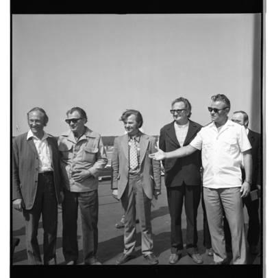 [Rašytojai renkasi išplaukti į Atlantą pas žvejus] / Bernardas Aleknavičius. - 1976